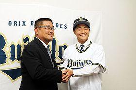内匠スカウト(左)と握手する松山=サンダーバーズ球団事務所