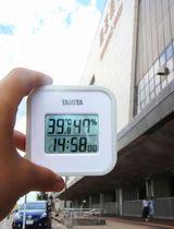 気温が上昇した新潟県三条市のJR燕三条駅前。手元の温度計は39.8度を示した=14日午後2時58分