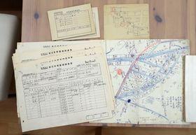 被災地復元図の製作で使われた山里町の資料。右手前が下書きの地図、その隣は被災世帯基礎調査票。左奥は原爆被爆者調査表、隣は当時の住民に宛てて送った地図