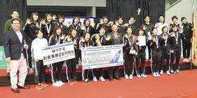 5連覇を達成し、喜ぶ北国銀行の選手ら=東京都の駒沢体育館で