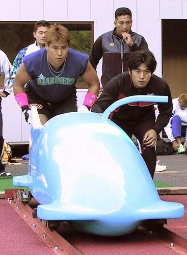 ソルトレークシティ五輪に出場した安部奈知さん(左)=2001年、長野市
