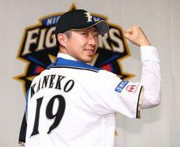 入団会見で、日本ハムのユニホームをまとい「優勝をしたい」と決意を口にした金子弌大投手(野沢俊介撮影)