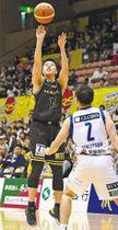 仙台-茨城 第2クオーター4分、仙台・菅沢(左)が3点シュートを決め、26-22とする(小林一成撮影)