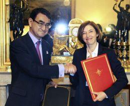 物品役務相互提供協定に署名し、握手する河野外相(左)とフランスのパルリ国防相=13日、パリ(共同)