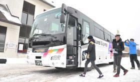 志賀高原から白馬に向かう直行便に乗り込む外国人観光客ら=山ノ内町