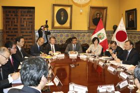 会談する河野外相(左から2人目)とペルーのポポリシオ外相(右端)=14日、リマ(共同)