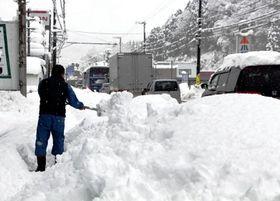 積雪や路面凍結で交通状況は一変する。車の運転にはくれぐれも注意を=2017年1月、養父市内