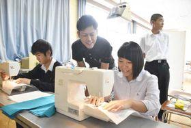 福島高の進路ガイダンスで市内企業の担当者からミシンの使い方を教わる生徒ら