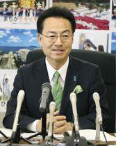 福井県庁で就任記者会見をする杉本達治知事=23日午前