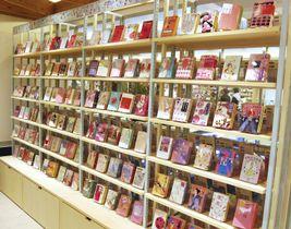 ピンク色の表紙の本を集めたコーナー=東京都千代田区の「日比谷コテージ」