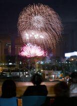 滋賀県の彦根市立病院から見えた琵琶湖で打ち上げられた花火=7日夜(長時間露光)
