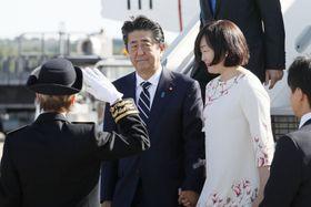 フランス・ボルドーの空港に到着した安倍首相と昭恵夫人=23日(共同)