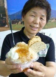 「大人の味を楽しんで」と新商品のかき氷を手にする中武さん