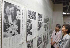 戦時下の惨状などを伝える写真パネルが並ぶ「戦争と原爆展」