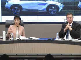 取材に応じる日産自動車のダニエレ・スキラッチ副社長(右)と星野朝子専務執行役員=20日午後、横浜市