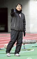 全日本高校女子サッカー選手権決勝で選手に指示する藤枝順心の渡辺博尚コーチ=兵庫・神戸ユニバー記念競技場