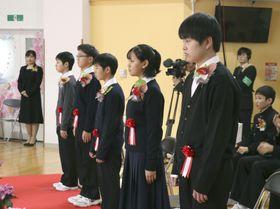 福島県川俣町の山木屋小学校の卒業式に臨む6年生の5人=22日午前