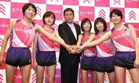 手を重ねて活躍を誓う岩本監督(中央)と1期生の5選手