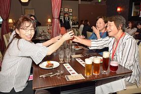4種類のビールの飲み比べを楽しむ参加者