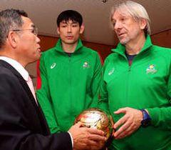 枝広市長(左)に活躍を誓うブコビッチ監督(右)と筧本選手