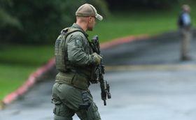 20日、銃撃があった米東部メリーランド州ハーフォード郡で警備に当たる当局者(ボルティモア・サン提供・AP=共同)