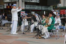 リズミカルな音色を響かせる県警音楽隊=長崎市尾上町、JR長崎駅かもめ広場