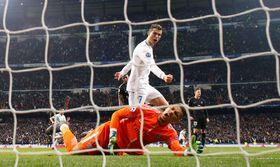 欧州チャンピオンズリーグ決勝トーナメント1回戦第1戦、ゴールを決め、雄たけびを上げるレアル・マドリードのロナルド=14日、マドリード(ロイター=共同)