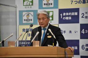 記者会見する福田知事=27日午後、県庁