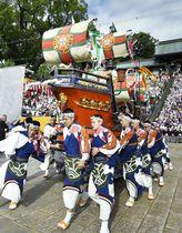 伝統の祭り「長崎くんち」で奉納される銅座町の「南蛮船」=7日午前、長崎市の諏訪神社