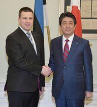 会談を前に、エストニアのラタス首相(左)と握手する安倍首相=12日、タリン(共同)
