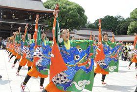 明治神宮の本殿前で演舞を奉納する踊り子たち(24日午前、東京都渋谷区)