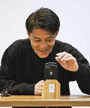ファンとのビデオ通話を楽しむ田中選手=松本市で