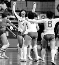 モスクワ五輪の不参加が決まった翌日に行われた日ソ対抗バレー第1戦で勝利に貢献した横山樹理主将(4)=1980年5月25日、愛知県体育館で