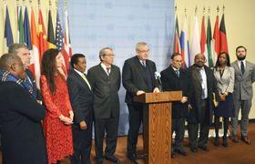 国連安全保障理事会の会合後、イスラエルの入植活動の違法性を指摘する共同声明を発表する非常任理事国10カ国の代表=20日、米ニューヨークの国連本部(共同)
