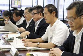 川崎市議会文教委員会で、ヘイトスピーチに関する条例素案について説明する同市の担当者ら=24日