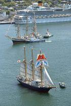 「長崎帆船まつり」が始まり、長崎港に入港する帆船=19日午後(共同通信社ヘリから)