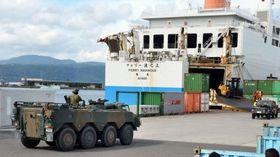 奄美航路の民間フェリーに乗り込む自衛隊車両=鹿児島市の鹿児島新港