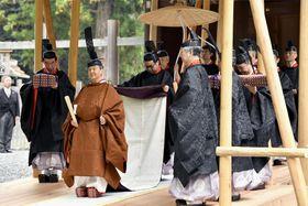 伊勢神宮外宮を参拝された天皇陛下=22日午前、三重県伊勢市