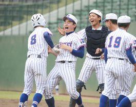 叡明―浦和学院 5回裏叡明1死一塁、先制2ランを放った大月(8)がベンチで仲間に祝福される