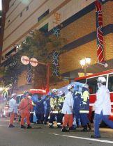 駆け付けた救急隊員らで騒然とする大型商業施設「キャナルシティ博多」付近=23日午後10時21分、福岡市