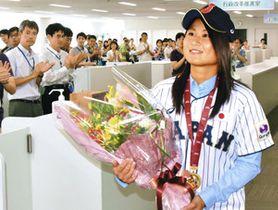 職員の祝福に笑顔で応える出口選手=茅ケ崎市役所で
