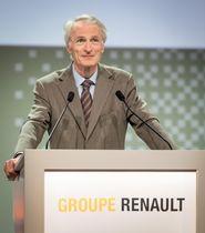 12日、パリで開かれたルノーの株主総会で登壇したジャンドミニク・スナール会長(OLIVIER MARTIN―GAMBIER撮影、ルノー提供・共同)
