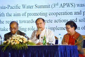 「第3回アジア・太平洋水サミット」で、「ヤンゴン宣言」の採択を表明するミャンマーの閣僚(中央)=12日、ヤンゴン(共同)