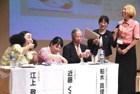 田中さん(右端)が考案した「ボウゼ手まり寿司」を試食する(左から)ニッチェの江上さん、近藤さん、徳島大学病院の船木さん=11日、徳島市のふれあい健康館