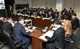 政府の基本方針を受けて対応を協議した新型コロナウイルス感染症対策本部会議=県庁