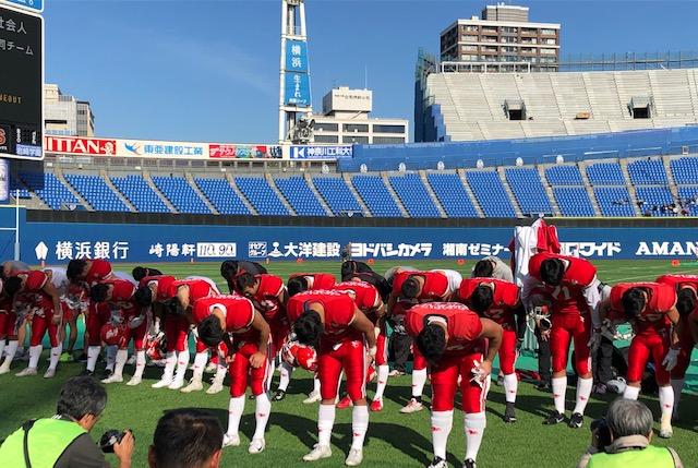 社会人の合同チームとの練習試合の後、スタンドに向かって一礼する日大の選手たち=11月17日・横浜スタジアム