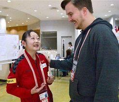 外国のメディア関係者の質問に英語で答える三隅理恵さん(左)=熊本市南区のアクアドームくまもと(小野宏明)