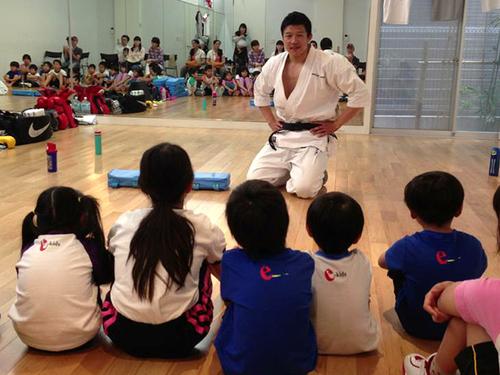 子どもたちを教える「とよ先生」こと窪田さん