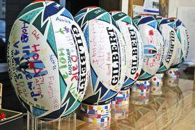熊谷で試合をする各チームに贈るため、激励のメッセージを書き込んだラグビーボール