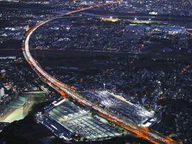 東京方面(手前)へ向かう車で混雑する東名高速道路海老名サービスエリア付近=4日夕、神奈川県海老名市(共同通信社ヘリから)